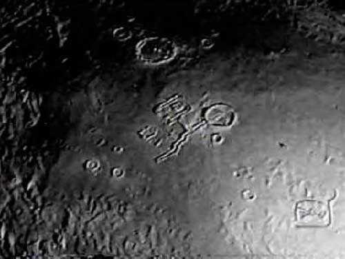 Поразителен вид Луны из космоса, открывающий странную лунную архитектуру
