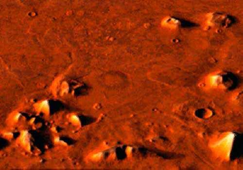 Область рядом с Лицо на Марсе в окружении пирамид