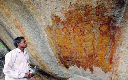 Археолог Дж. Р. Бхагат у рисунка инопланетян