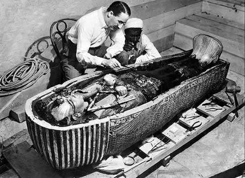 Говард Картер у саркофага Тутанхамона, 1922 год