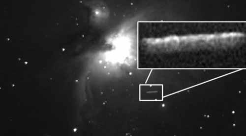 Сигарообразный НЛО в межзвездном пространстве