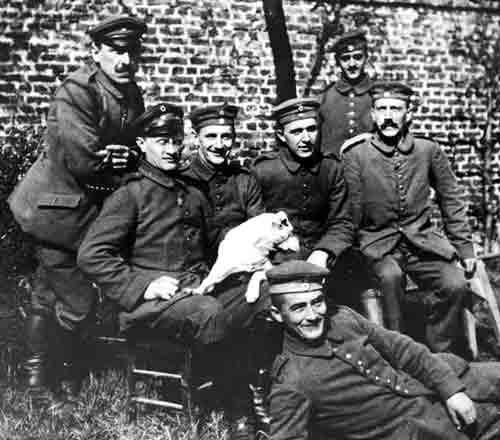 Адольф Гитлер, сверху справа