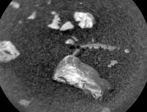 Марсоход Кьюриосити нашел на Марсе таинственный металлический объект.