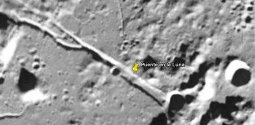Мост и пирамида на лунной поверхности