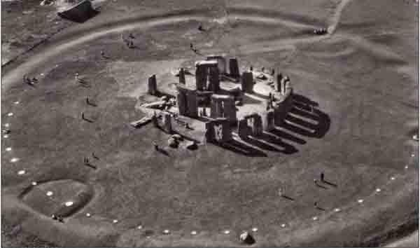 Аэрофотоснимок Стоунхенджа с кольцами и резными круговыми рвами вокруг площадки