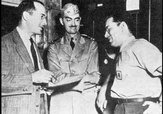Роберт А. Хайнлайн и Л. Спраг де Камп с Азимовым (справа), военно-морской флот Филадельфии, 1944 г.