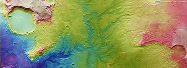 На фотоснимке показан топографический вид высохшей речной долины на Марсе