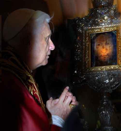 Папа Бенедикт перед вуалью Вероники