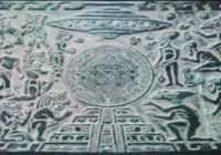 корабль инопланетян напоминающий летающие тарелки очень хорошо виден в самом верху