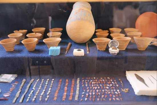 Ассортимент артефактов найден в Луксоре