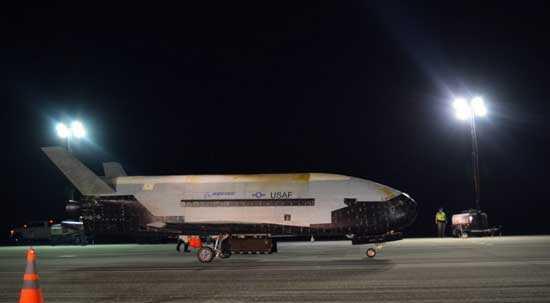 Секретный космический самолет американских ВВС X-37B успешно вернулся на Землю, завершив таинственную миссию в космосе.