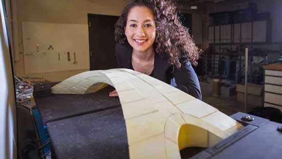 Студентка инженерного факультета Карли Баст демонстрирует макет моста, спроектированного Леонардо да Винчи
