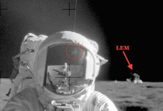 Фотография сделана астронавтами Аполлона-11, видны сооружения инопланетян