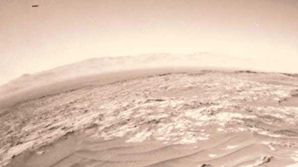 Фото любопытного объекта, замеченного марсоходом Curiosity в небе Марса в 2015 году