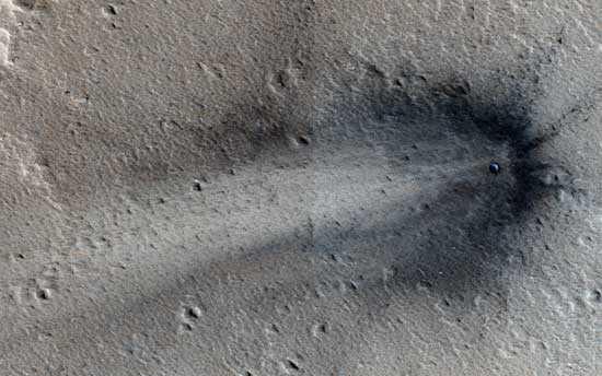 Фотоснимок упавшего на Марсе НЛО (подсвечен синим)