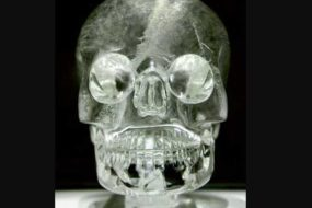 Хрустальный череп Судьбы и взгляд смерти древнего артефакта.
