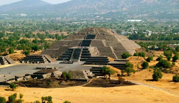 Пирамида Луны, вход в подземный мир запечатанный костями тысяч людей